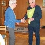 Här överräcker Birgitta en  blomma till Bengt-Åke som avgår som suppleant i styrelsen