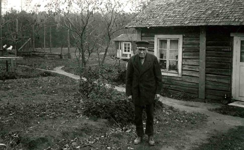Kyrkovakmästare Thunkvist vid stuga som stod vid Lerbäcks åldomshem
