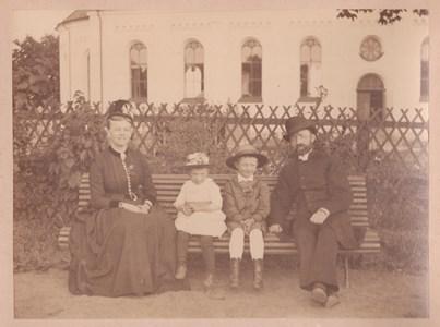 Kyrkoherde Otto Lindeberg med Hustru Hildur, dotter Ruth, son Giovanni