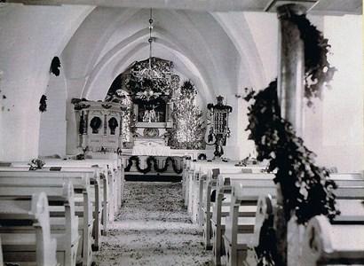 Bröllopssmyckad kyrka