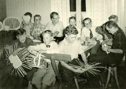 Ungdomar i arbetstagen i missionshuset