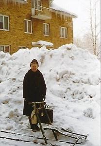Solsäter den snörika vintern 1977, med Iris Nilsson framför