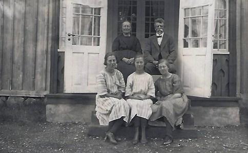 Östergärdet, Agnes och maken Gustav Pettersson med tre av döttrarna