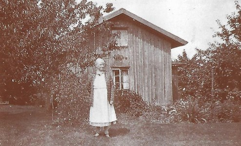 Högaberg, Ida Adamsson framför gamla huset