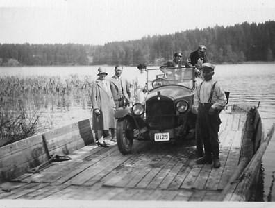 Färja över Barrösundet på sent 1920-tal. Mannen t.h. Gustav Karlsson, Berga