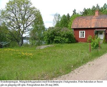 Svärdstorpsstugan. Boningshus mot sjön.jpg