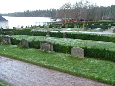 Norra Vi kyrkogård. Norra sidan. Från nordöstra grinden.