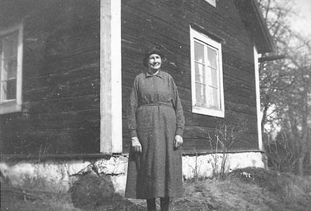 Karolina fotograferad utanför det uthus på Granhed, som hon bodde i.