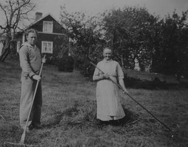 Anna Rosén med räfsare.