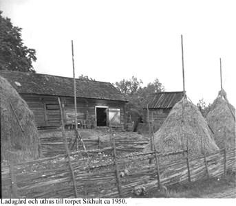 Sikhults ladugård med mindre bod.