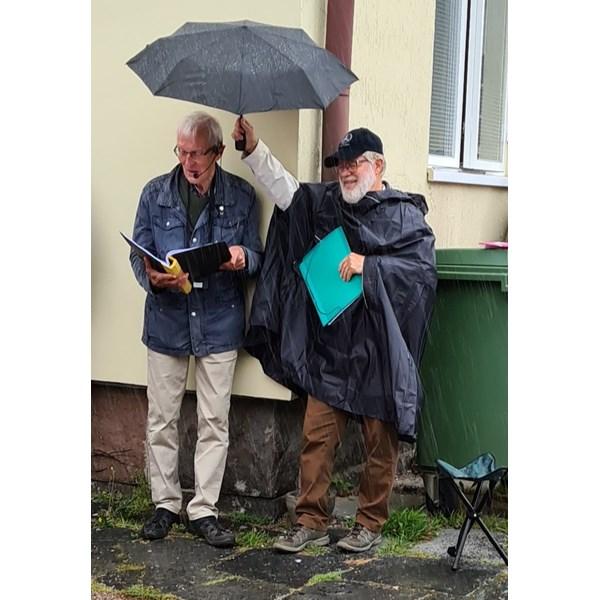 Vandring. Lennart håller paraply över Göran.