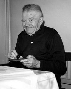 Erik Gustafsson vid fikabordet, Pensionärshemmet, Hov, Östervåla.