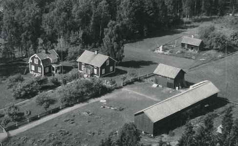 Flygfoto över Gustaf Fröjds i Runnebo, Östervåla år 1955.