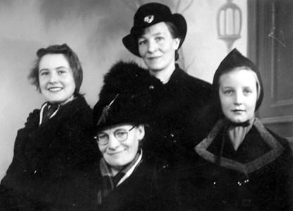 Karin, Anna, Sigrid och Nelly, Runnebo, Östervåla.