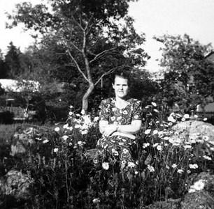 Lisa Pettersson, Skogbo, Östervåla bland blommor.