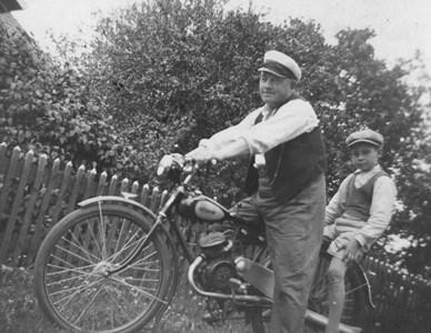 Efraim Vesterlund med en lättviktare (Putt), Egon på bakstället