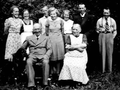Albert och Selma Jonson med familjen.jpg