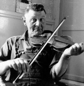 Paul Eriksson spelar fiol.jpg