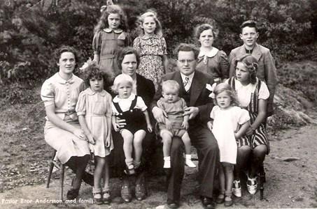 Bror Andersson Dalevi med fru och barn.jpg