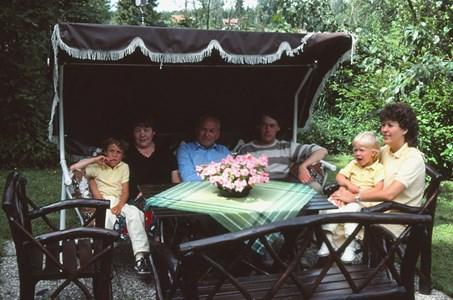 Familjen med barn och barnbarn.jpg