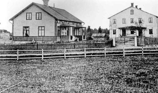 Missionshuset i Östervåla. Vaktmästarhuset i förgrunden.jpg