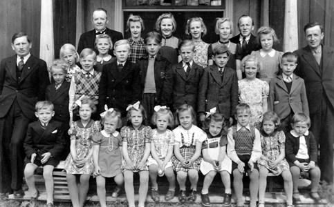 Söndagsskola vid Ol-Pers-Gården i Skogbo 1943.jpg