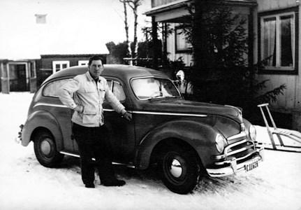 Anton Lundin vid en av sina bilar.jpg