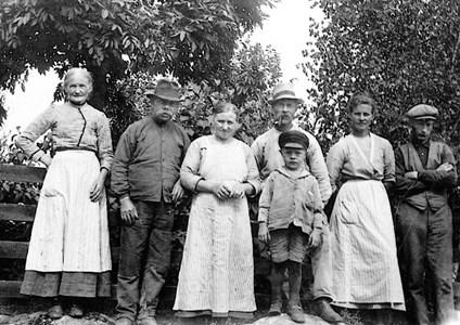 Vidlund o Löv o Hillgren tre olika familjer boende grannar.jpg