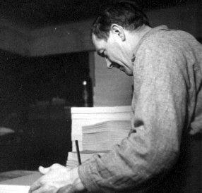 Erik Stefansson 1945 på Tofters i bostaden, Edvik.jpg