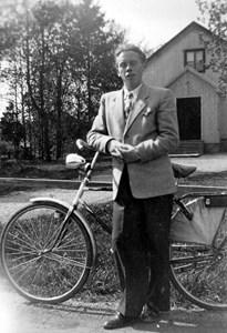 Arne Holward utanför Baptistkapellet, Staffansbo, Östervåla