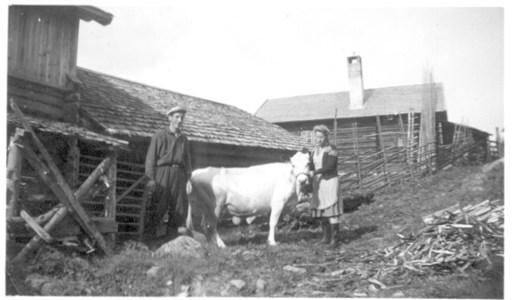 Bror och Britta Eriksson på fägatan i Sjurby på 1950-talet.jpg
