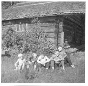 Vid Gutgard i Sjurby omkring 1960.jpg