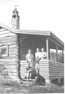 Vid Selma Molins stuga i Sjurbu omkr 1955.jpg