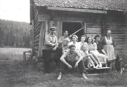 Vid Jerplars Stinas stuga i Hållan omkr 1946.jpg