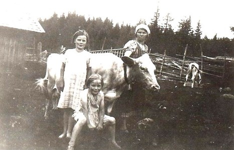 Trumb Hilda med barn i Hållan 1939.jpg