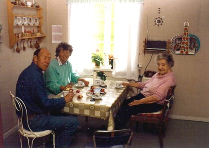 Ingvar Lundin, Ulla Karlsson och Linnea Johansson på Kestigard 1993.jpg