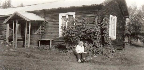 Asta och Bjarne Forseth vid Boggard i Sjurby på 1950-talet.jpg