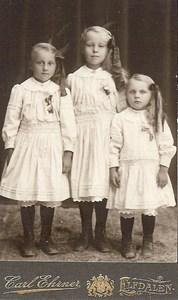 Linnea, Astrid och Judit Larsson omkr 1916.jpg