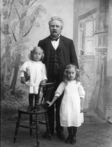 Kyrkoherde Sandberg med barnen Ingrid Maria och Nils Fridolf