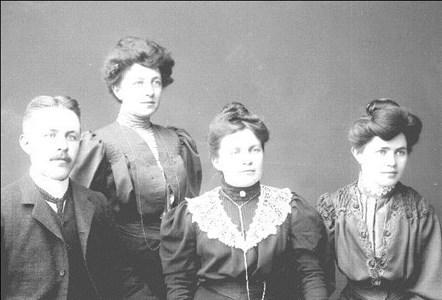 Hadar Forsberg med systrar