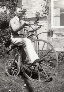 Patrik Haller cyklar på en höghjuling