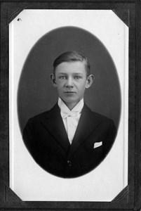Janne och Elsas, äldste son Gösta som konfirmand.