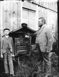 Emanuel Olsson med sonen Olof i Svarvareboden