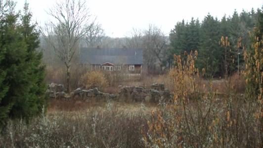 Hus och ruinrester av Svarvarebogården mars 2019