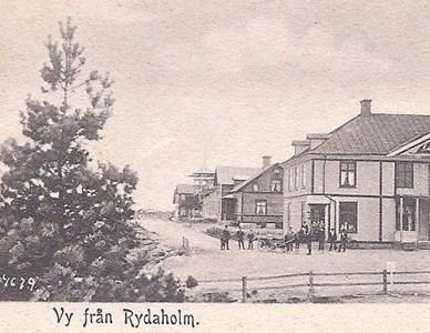 Huset var tidigare herrgård i Hjälmsänga och flyttades till Rydaholm ca 1901, då Frans Johansson öppnade affär där. 1918 övertog systersonen Johan Davidsson affären, som han drev tillsammans med brodern Knut Falk. I huset fanns också Smålands enskilda bank, bibliotek, sjukkassa och apoteksfilial.