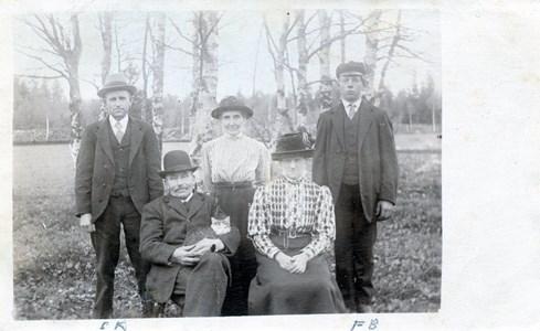 Karl och Lina Falk med familj