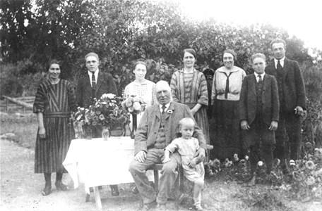 96-79-09 Trädgården på Spikabacken, trol 1925.jpg