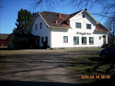 Arbygården m utbygge t.v. 2010ek.JPG