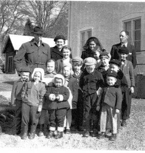 Barn i söndagsskola från ca 1950. De vuxna ledarna bakom är bland andra Sven och Alice Östberg
