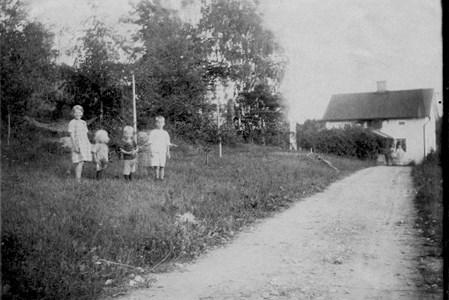 Syskonen Pettersson framför Haga gård, 1925